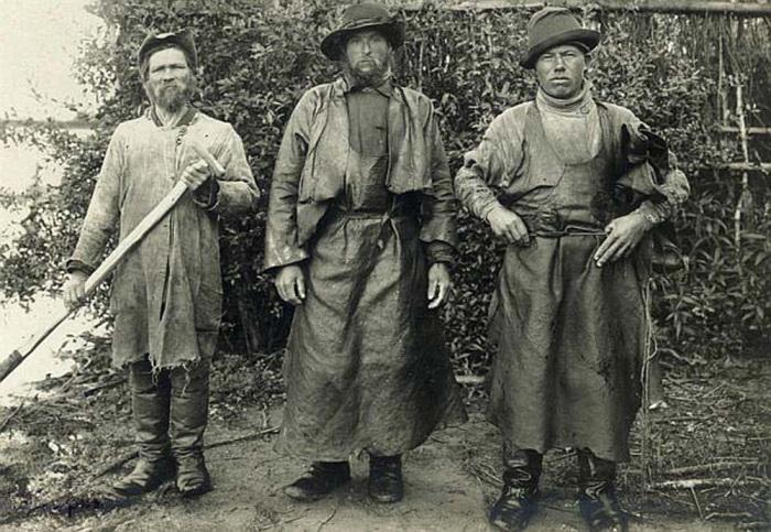 Рыбаки в промысловых костюмах. Россия, 1910 год.