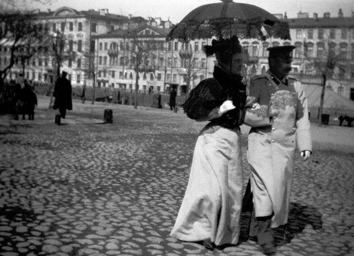 Влюблённая пара на набережной Фонтанки. Россия, Санкт-Петербург, 1899 год.
