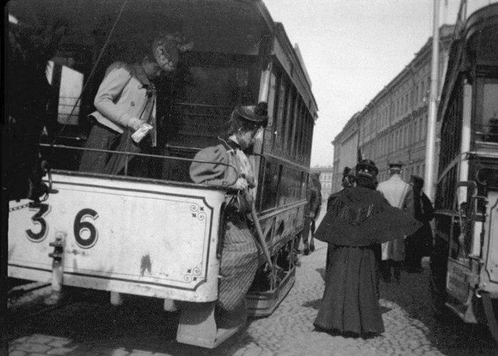Конечная остановка конки у Александровского сада. Россия, Санкт-Петербург, 1899 год.