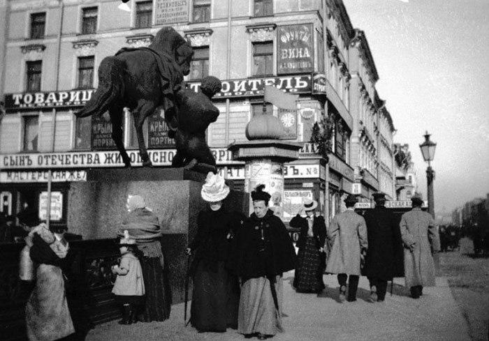 Местные жители и туристы на Аничковом мосту. Россия, Санкт-Петербург, 1899 год.
