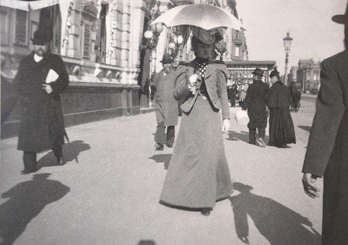 Придворная дама на Невском проспекте. Россия, Санкт-Петербург, 1899 год.
