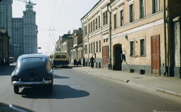 Автомобильное движение на улице Герцена.