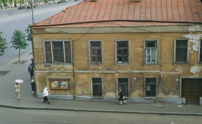 Угол Большого Девятинского переулка и улицы Чайковского.