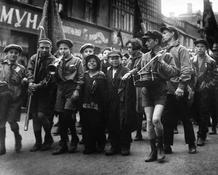 Пионеры и дети без определённого места жительства на первомайской демонстрации, 1927 год.