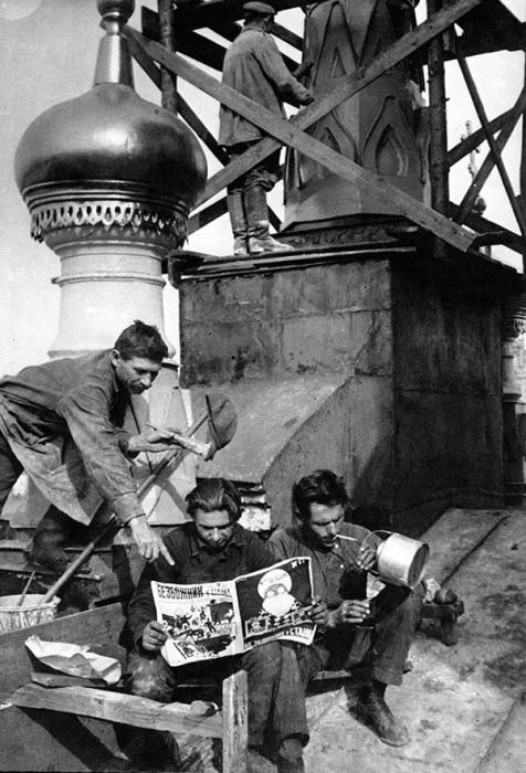 Чтение антирелигиозной литературы в обеденный перерыв, 1927 год.