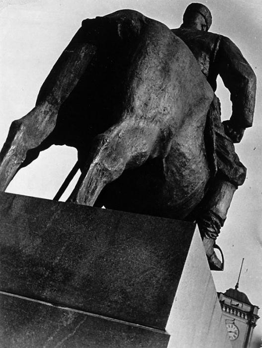 Памятник императору Александру III, который расположен у входа в Мраморный дворец.