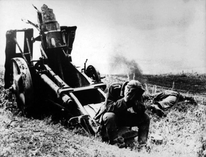 Немецкий солдат у разбитой пушки после битвы на Курской дуге в 1943 году.