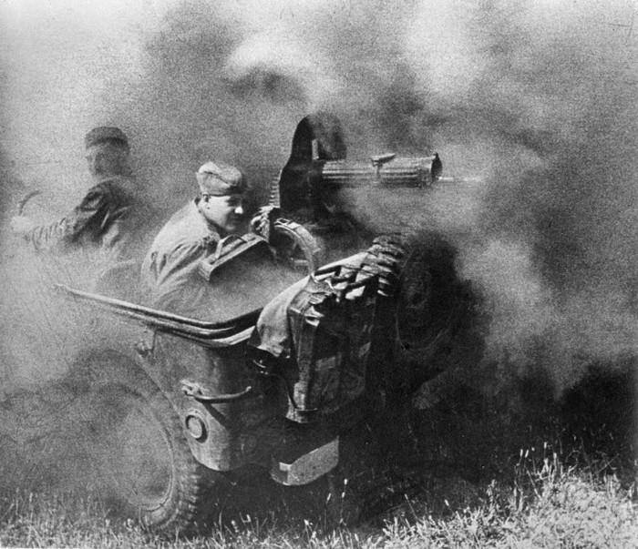 На снимке Анатолия Егорова, получившего ранение на войне, командир расчета станкового пулемета Степан Васильевич Овчаренко открывает огонь по врагу.