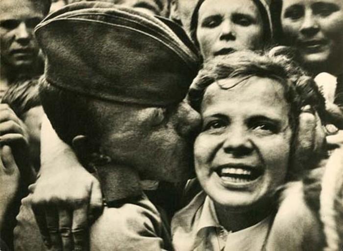 Фотограф Георгий Петрусов увековечил ликование народа после окончания Великой Отечественной войны.