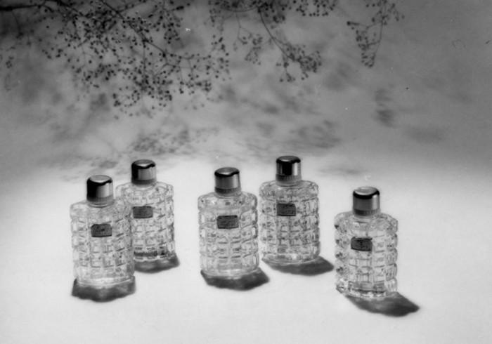 Снимок из серии фотографий парфюмов знаменует переход Александра Хлебникова к жанру модной и рекламной фотографии.