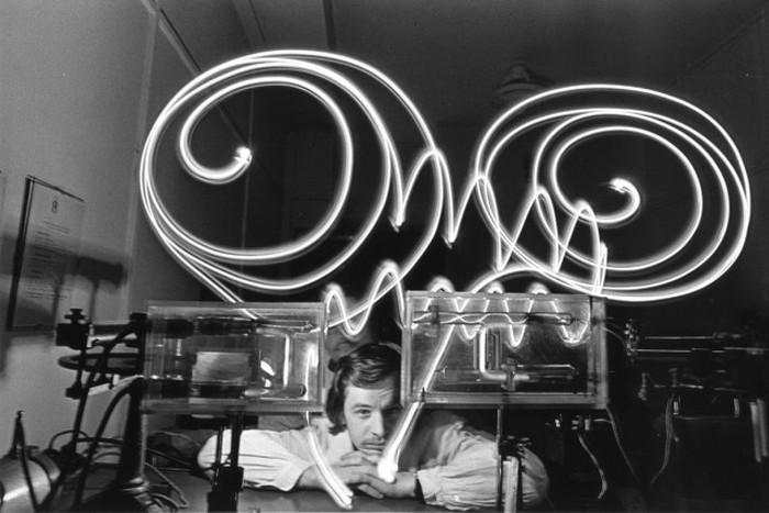 Фотограф Анатолий Хрупов, обыгрывавший тему «физиков и лириков» в контексте достижений советской науки.