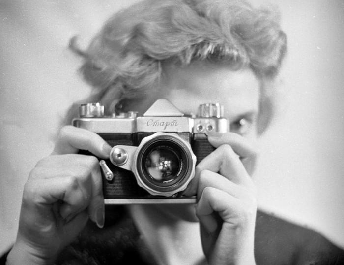 Новая модель фотоаппарата «Старт», 1959 год. Фотограф: Владимир Степанов.
