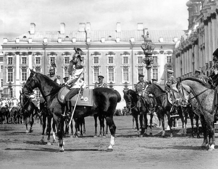Император Николай II проводит смотр лейб гвардии кирасирского полка. Царское село, 1911 год.