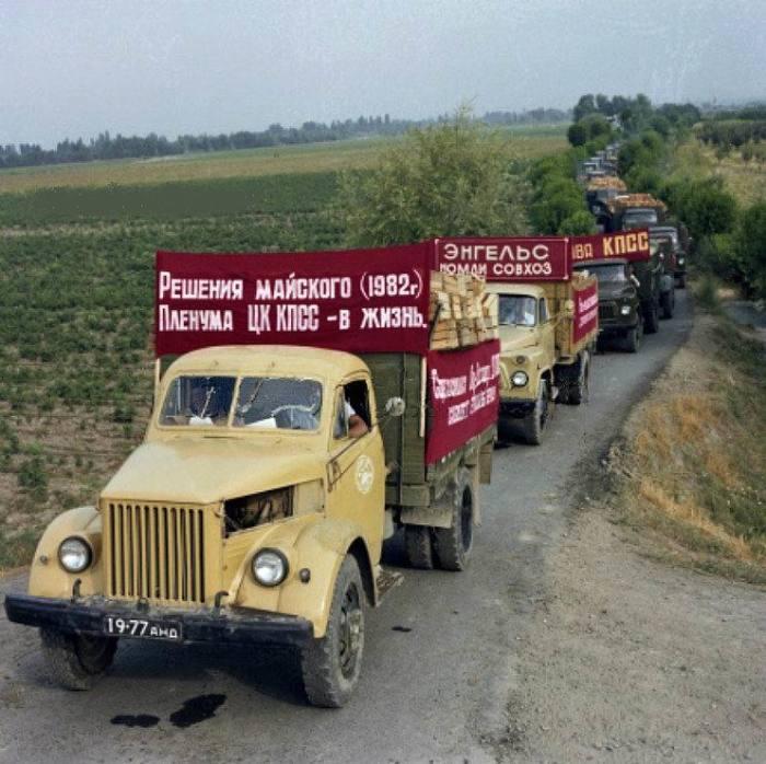 Колонна машин с овощами и фруктами направляются в Андижан, 1 июля 1982 года. Узбекская ССР.