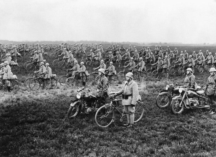 Велосипедный полк армии Нидерландов накануне немецкого вторжения.