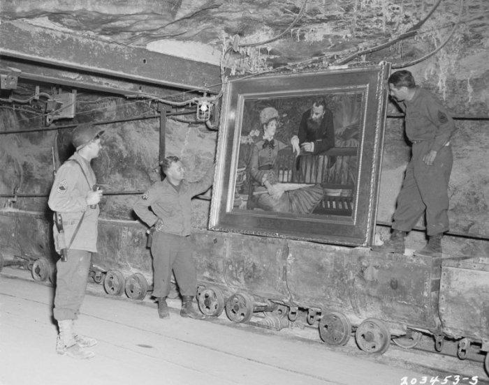 Трое американских солдат у картины Монэ «Зимний сад» в шахте немецкого городка Меркерс в 1945 году.
