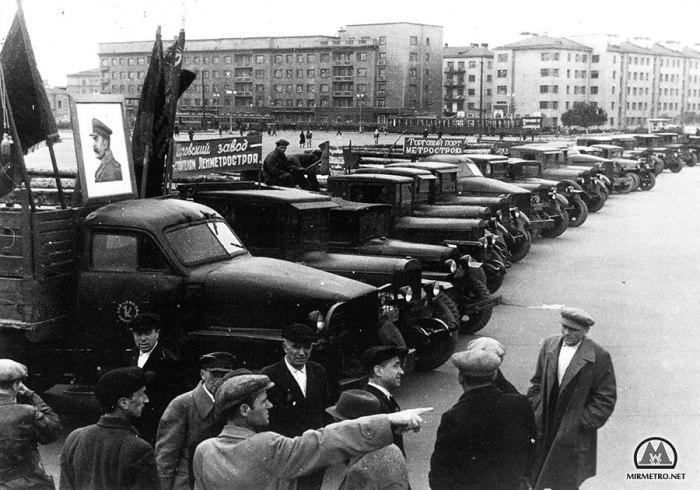 Колонна машин у Кировского райсовета перед отправкой на строительство метро, 1947 год. Фото: И. Баранов.