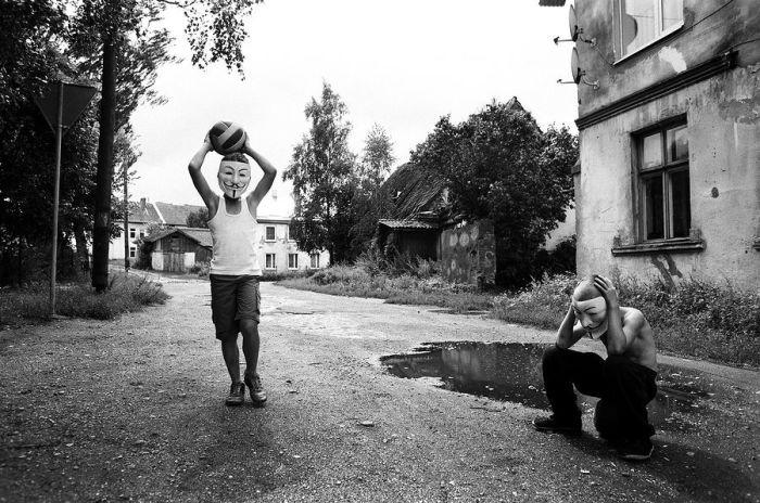 Дети в посёлке Славского района Калининградской области.