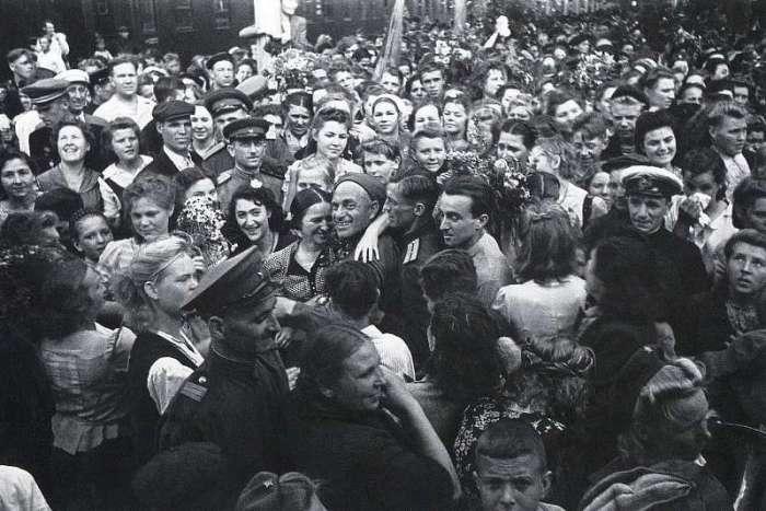 Встреча вернувшихся с фронта солдат на Белорусском вокзале в Москве. СССР, Москва, 1945 год.