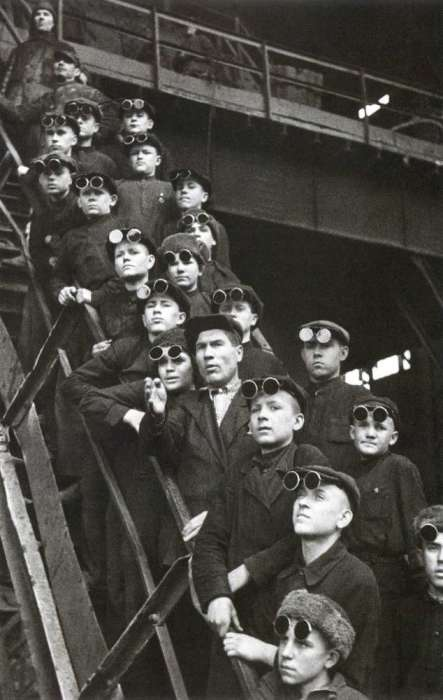 Будущие советской металлургии. СССР, Днепродзержинск, 1950-е годы.