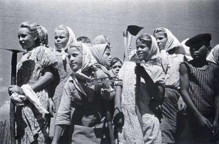 Помощь колхозу в школьные годы. СССР, 1955 год.