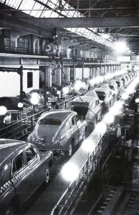 Главный конвейер Нижегородского автомобильного завода имени В. М. Молотова. СССР, 1957 год.