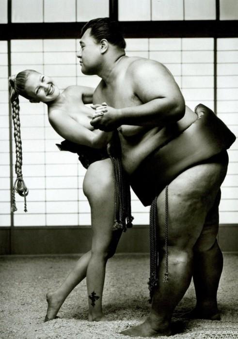 Американская актриса Дрю Бэрримор в объятьях сумоиста.