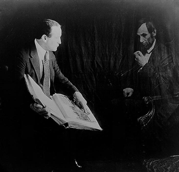 Гарри Гудини беседует с «призраком» Авраама Линкольна, 1920-е годы.