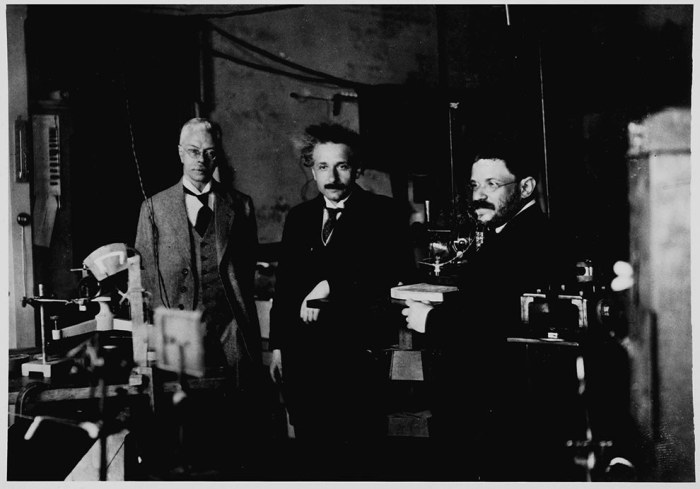 Эйнштейн в лаборатории в Амстердаме, 1920 год.