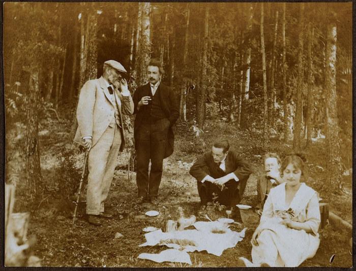 Редкая фотография из жизни Альберта Эйнштейна.