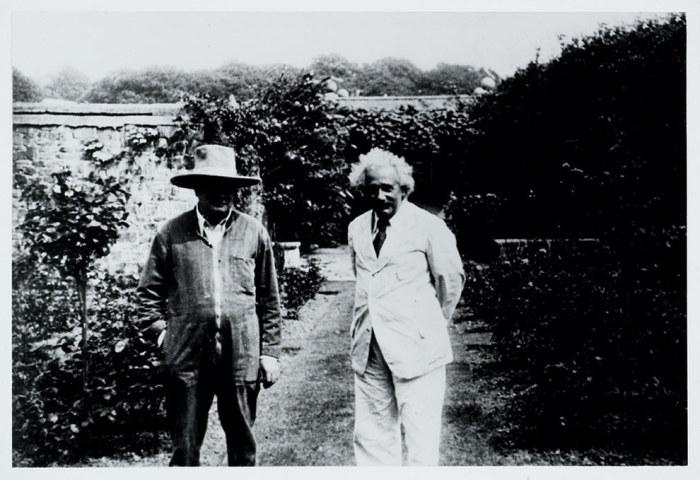 Альберт Эйнштейн и Уинстон Черчилль в саду, 1933 год.