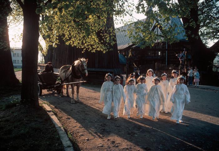 Дети в белых одеждах перед началом традиционного для Католической церкви празднества.