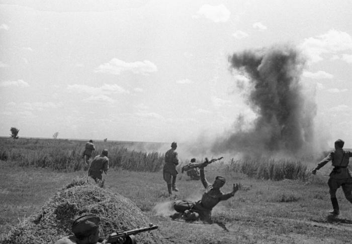 Советские автоматчики атакуют противника под Сталинградом, 1942 год.