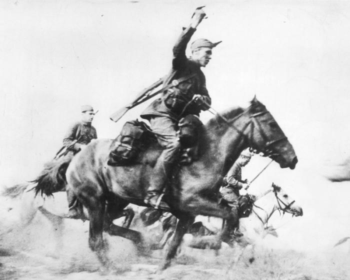Советские кавалеристы.