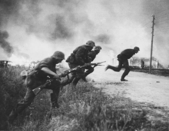 Солдаты дивизии СС «Рейх» перебегают дорогу, 1941 год.
