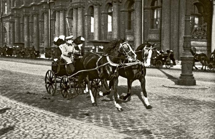 Прогулка по Дворцовой набережной Невы в центре Санкт-Петербурга в 1915 году.