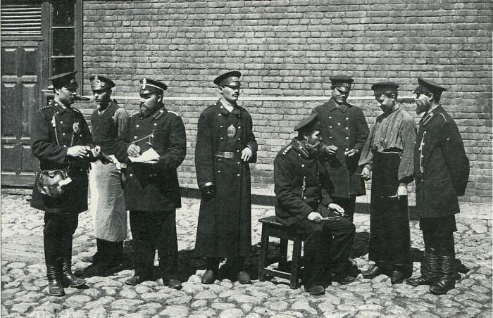Служащие первого общественного транспорта Петербурга.