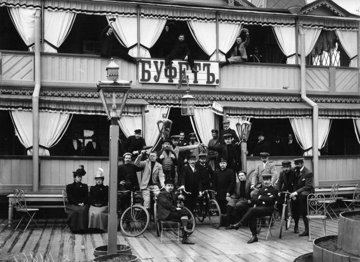Члены общества велосипедистов. Россия, 1915 год.