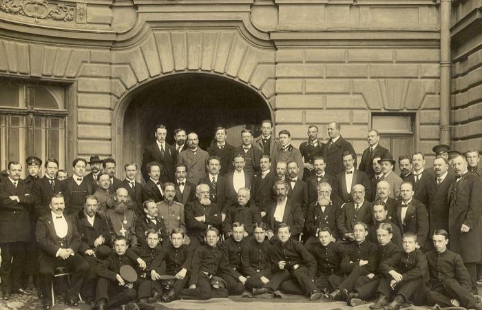 Преподаватели и учащиеся регентских курсов придворной певческой капеллы в 1908 году.
