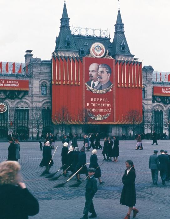 Женщины, связанные с поддержанием чистоты и порядка на Красной площади.