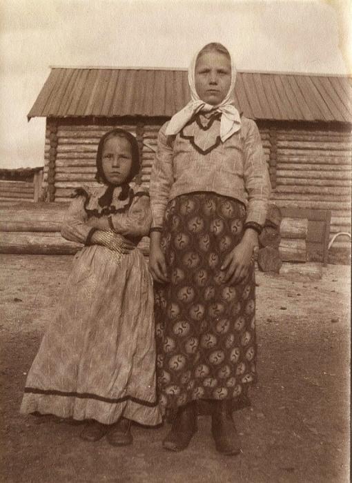 Девочки-крестьянки в праздничной одежде.