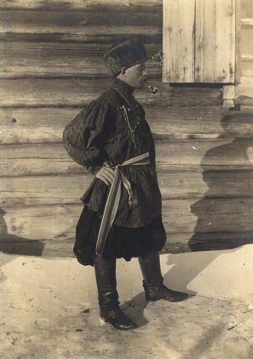 Портретный снимок молодого человека в праздничном костюме.