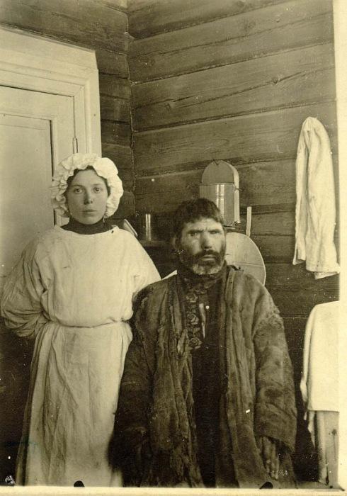 Фельдшер, Анастасия Порфирьевна Мельникова, с больным.