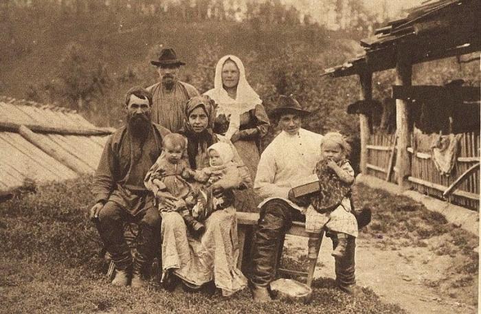 Семья старожилов-староверов на реке Мане.