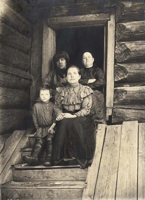 Богатая крестьянская семья из села Богучуны, Енисейский уезд.