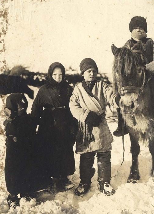 Подростки села Богучуны, Енисейский уезд.