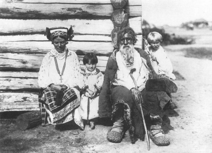 Местные жители в национальных одеждах. Россия, Орловская губерния, 1890-е годы.