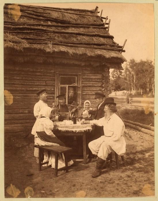 Праздничное застолье. Россия, Богородский уезд, Тульская губерния, 1870-е годы.