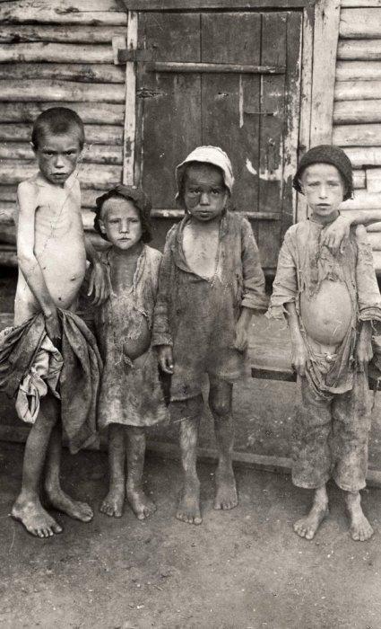 Пострадавшие от массового голода во время Гражданской войны в России на территориях, которые были подконтрольны большевиками. Россия, Поволжье, осень 1921 года.