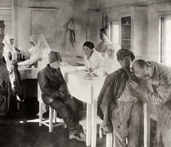 С первых дней врачи и медсёстры Российского Красного Креста боролись с последствиями голода. Россия, Поволжье, 1921 год.